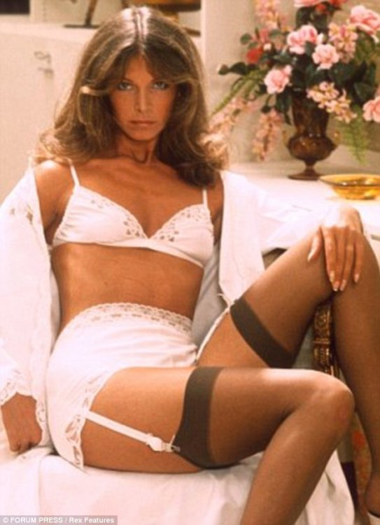 2D623C6B00000578-3269879-In_the_1970s_unpadded_bras_were_the_fashion_with_a_softer_girdle-a-9_1444910313721.jpg